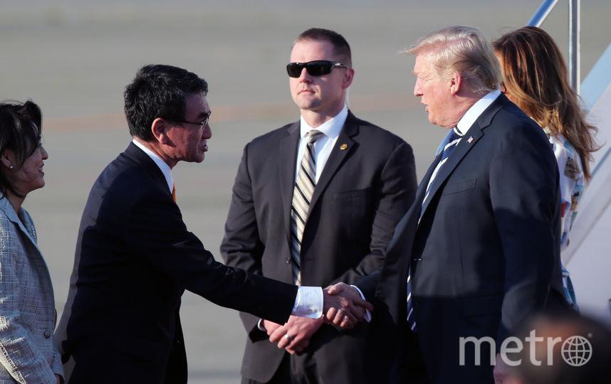Министр иностранных дел Японии встретил президента США с супругой. Фото Getty