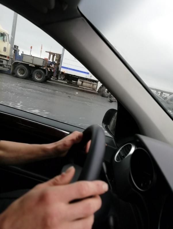 На внутреннем кольце КАД столкнулись фура и легковой автомобиль, в результате погиб человек. Фото https://vk.com/spb_today