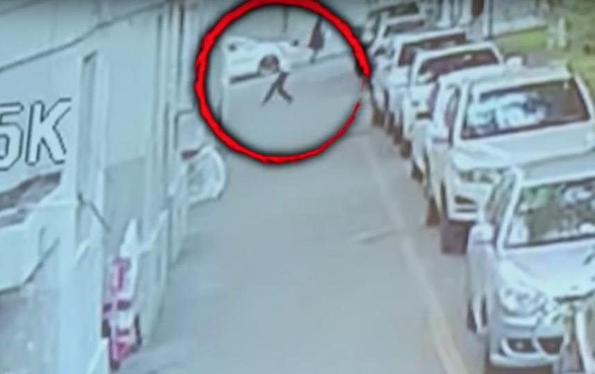Мальчик выпал из окна на пятом этаже. Фото Скриншот/ Inside Edition, Скриншот Youtube