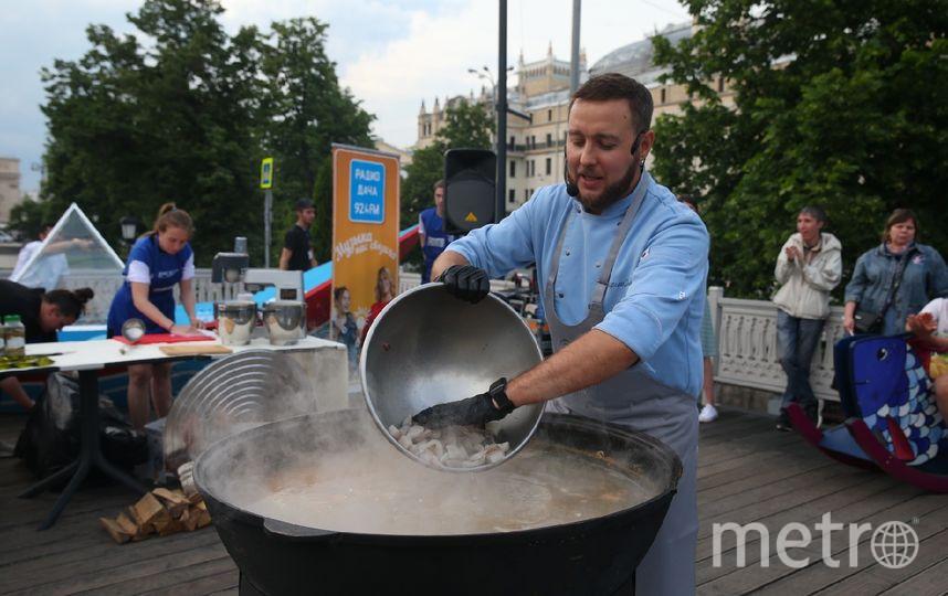 """На """"Рыбной неделе"""" в Москве сварили 100 литров ухи. Фото Василий Кузьмичёнок"""