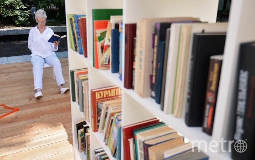 Посетительница летней библиотеки под открытым небом на территории Выставки достижений народного хозяйства (архивное фото). Фото РИА Новости