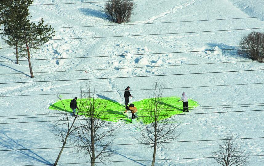 В феврале в Муринском парке провели парад снеговиков и нарисовали огромное сердце пищевой безвредной краской.