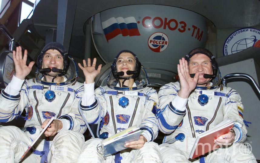 Российские космонавты Виктор Афанасьев и Константин Козеев с французской коллегой. Фото Getty