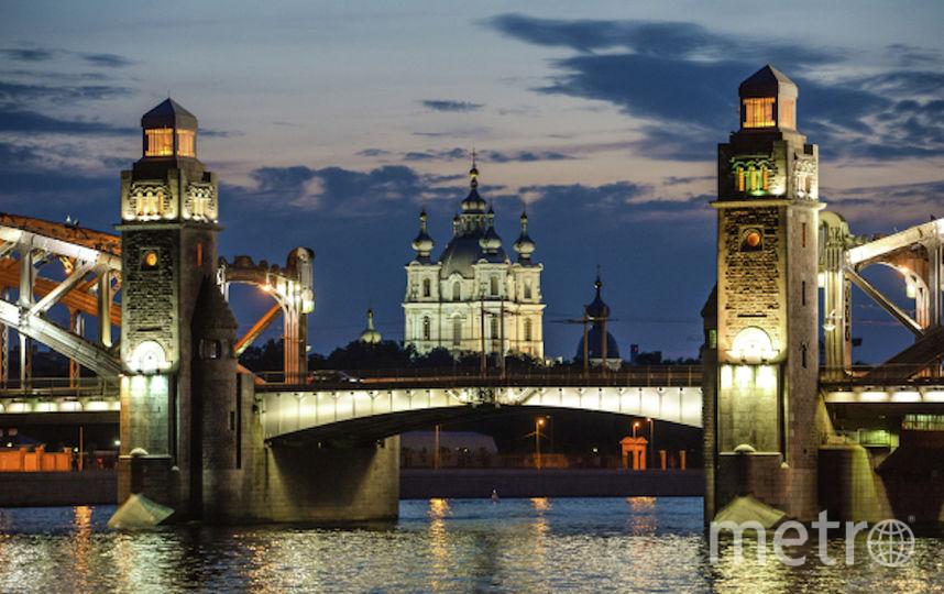 Вид на мост Петра Великого и Смольный собор во время белых ночей в Санкт-Петербурге. Фото РИА Новости