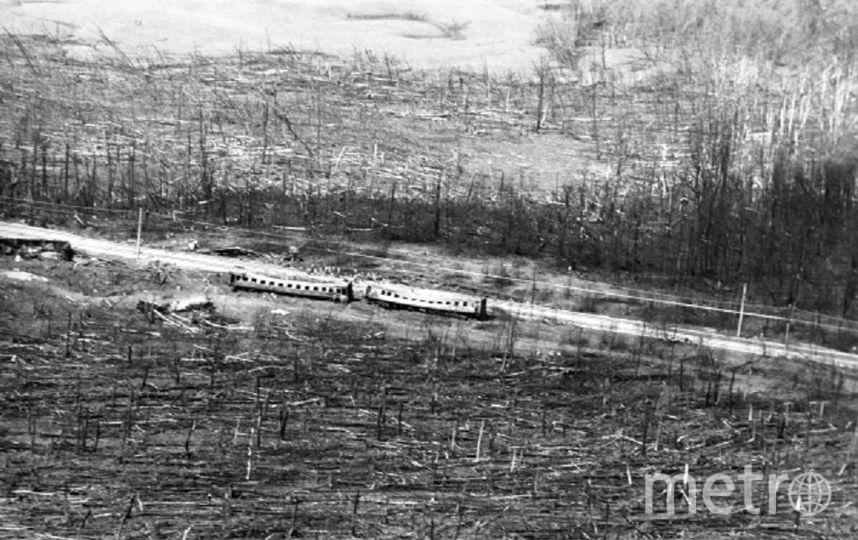 Удар взрывной волны и пламени выбросил с колеи четырнадцать вагонов. Место трагедии.. Фото РИА Новости