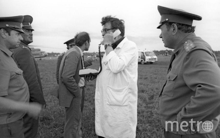 Медики и авиаторы на месте трагедии. Фото РИА Новости