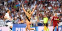 В финале Лиги чемпионов на поле выбежала полуобнажённая модель: жаркие фото Кинси Волански