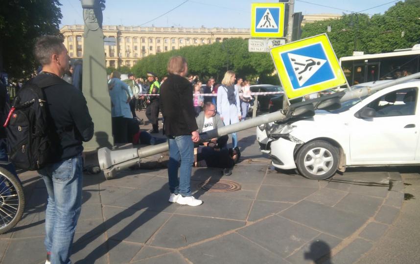 На пересечении Каменностровского проспекта и Куйбышева водитель въехал в толпу людей. Фото https://vk.com/spb_today