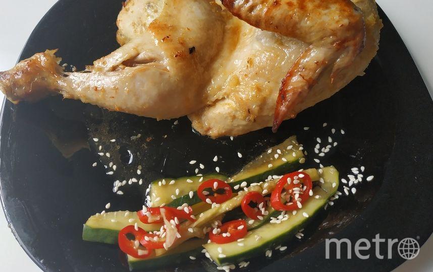 """Половинка запеченого цыпленка с огурцами кимчи, приготовленные дома. Фото Наталья Сидоровская, """"Metro"""""""