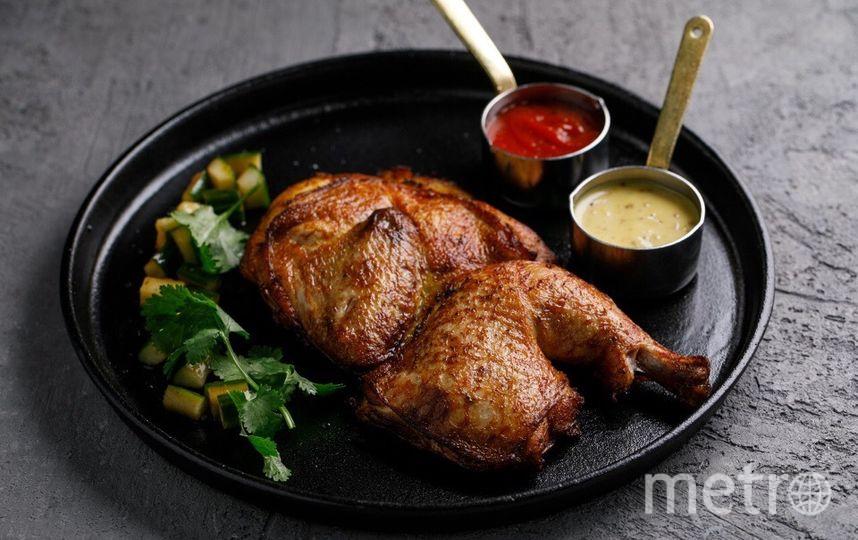 Половинка запеченого цыпленка с фирменным кетчупом и огурцами кимчи в ресторане KETCH UP. Фото предоставлено рестораном KETCH UP
