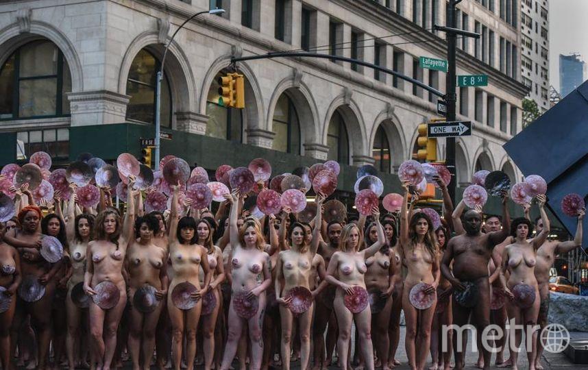 Десятки обнаженных женщин собрались в Нью-Йорке у офиса Facebook на Манхэттене. Фото Getty