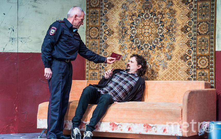 Полицейский (Олег Жуков) выясняет личность человека из Подольска (Михаил Малинин. Фото предоставлено пресс-службой театра