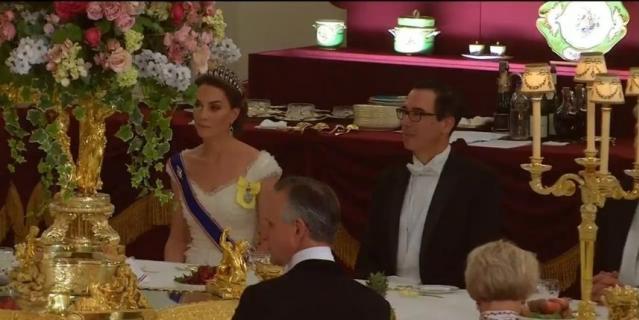 Торжественный ужин в Букингемском дворце. Кейт Миддлтон снова оказалась за вазой.