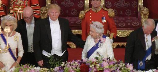 Трамп дотронулся до спины королевы Елизаветы.