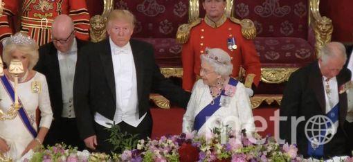 Трамп дотронулся до спины королевы Елизаветы. Фото Getty