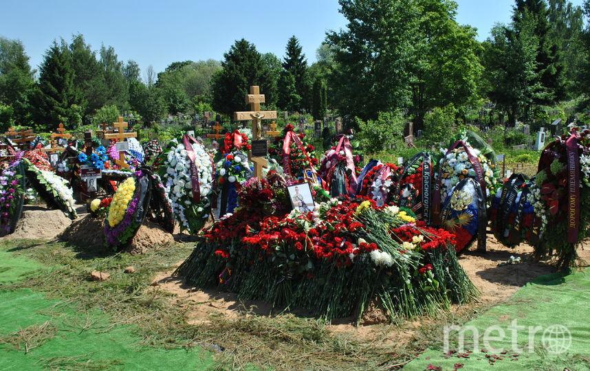 """Когда гроб опустили в могилу, оркестр заиграл гимн России. Фото Иван Тереховский, """"Metro"""""""