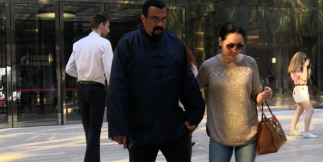 Стивен Сигал вместе с супругой в Петербурге.