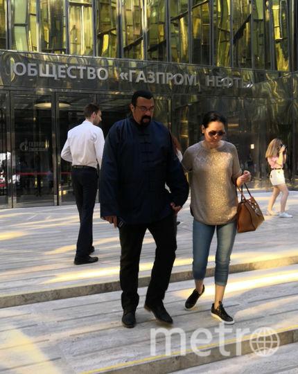 "Стивен Сигал вместе с супругой в Петербурге. Фото ""Metro"""