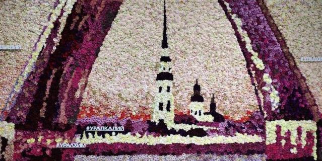 Стенд одной из крупных компаний оформили классическим видом из разведённых мостов Петербурга и таблицей Менделеева. Картины сделаны из более чем 100 тыс. роз.