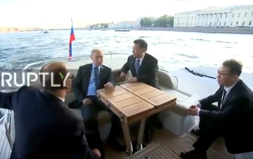 """Путин провел экскурсию по Петербургу для Си Цзиньпина. Фото скриншот Youtube, """"Metro"""""""