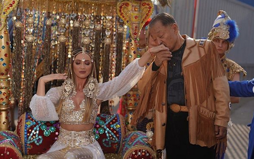 Картинки по запросу Ольга Бузова приехала на Премию МУЗ-ТВ на верблюдах