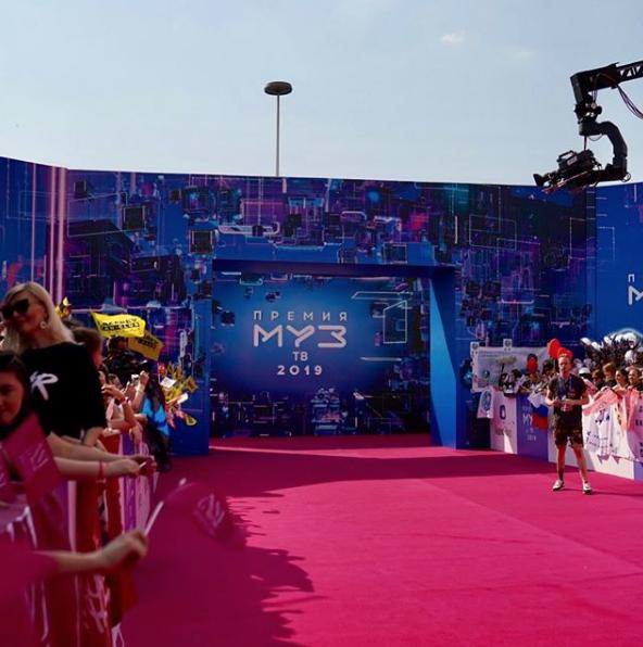 Перед официальной частью звёзды прошли по Красной дорожке. Фото скриншот https://www.instagram.com/muztv/?hl=ru