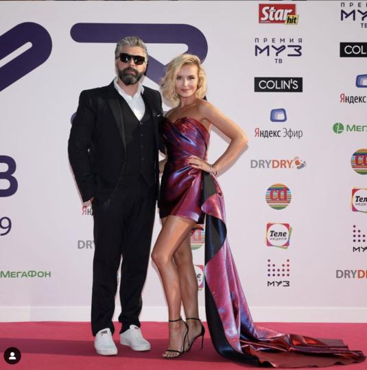 Полина Гагарина с супругом. Фото скриншот https://www.instagram.com/muztv/?hl=ru