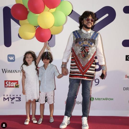 Филипп Киркоров с детьми. Фото скриншот https://www.instagram.com/muztv/?hl=ru