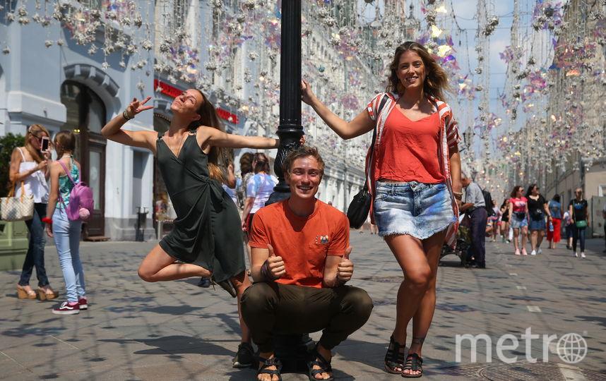 Паулу, Джоуи и Ренату (слева направо) особенно впечатлила Никольская улица, ставшая знаменитой после чемпионата мира по футболу. Фото Василий Кузьмичёнок