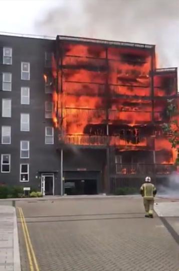 В результате пожара в жилом доме в Лондоне были разрушены 20 квартир, ещё 10 повреждены. Фото Скриншот https://www.youtube.com/watch?v=38h4RQgBfzI, Скриншот Youtube