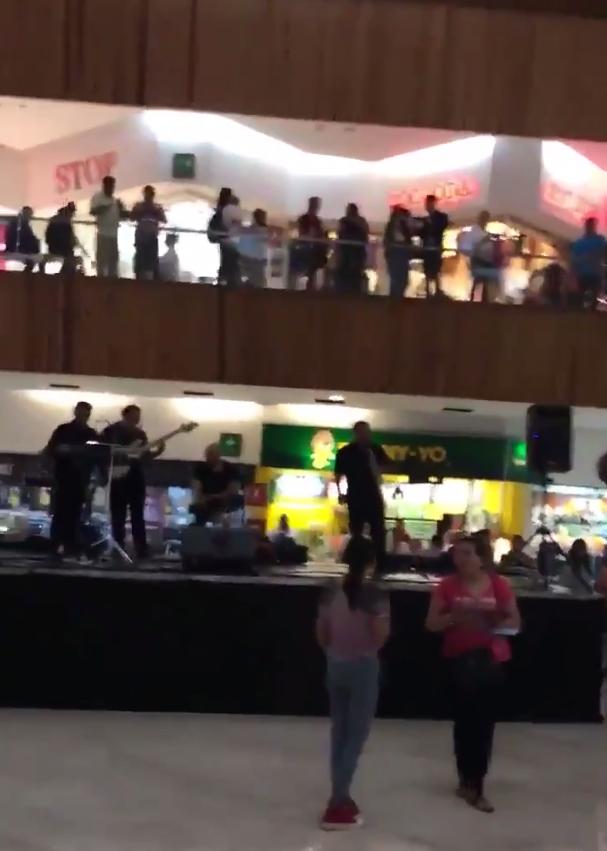 В Мексике затопило торговый центр. Фото Скриншот/twitter.com/EsauGv