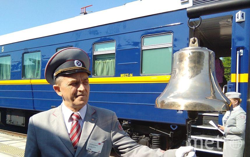 """Начальник поезда дает сигнал к отбытию. Фото Дарья Есенина, """"Metro"""""""