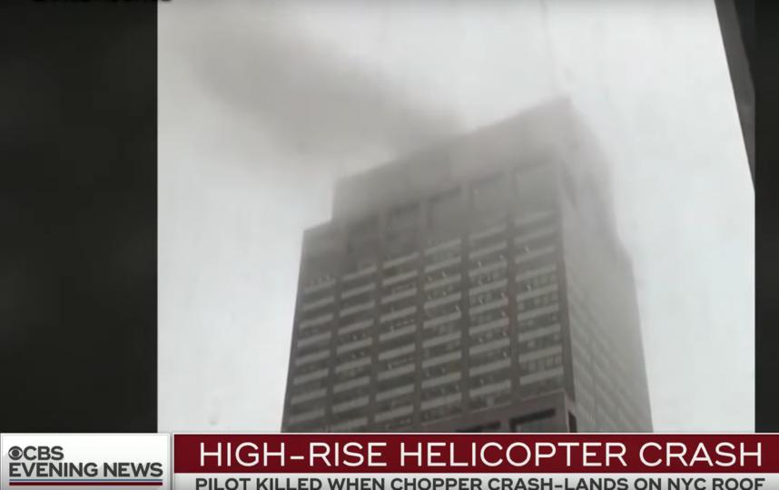 В Нью-Йорке вертолёт врезался в небоскрёб. Фото Скриншот youtube.com/watch?v=SxKBe7dVVD0&.