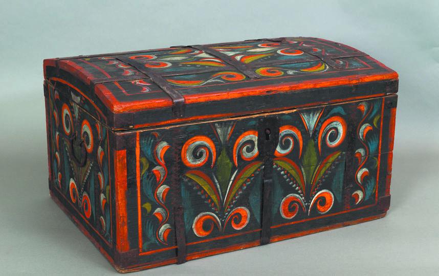 30 расписных сундуков середины XIX - начала XX века представлено на выставке. Фото предоставлено музеем декоративно-прикладного и народного искусства