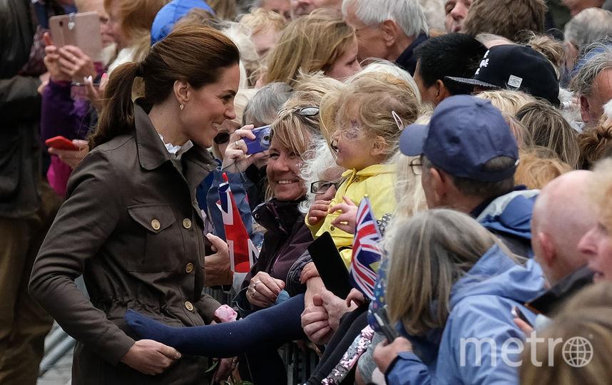 Кейт Миддлтон в шутку подхватила ногу девочки. Фото Getty