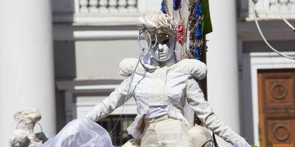 Как карнавал в Венеции! Парад цветов прошел в Петербурге: фото ярких моментов