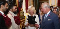 Король и королева джунглей: принц Чарльз с Камиллой удивили чёрными масками (фото)