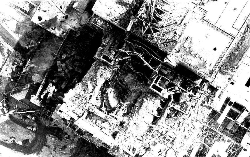 """Четвёртый реактор Чернобыльской АЭС спустя 20 дней после аварии. Вид сверху. Фото из личного архива Александра Борового., """"Metro"""""""