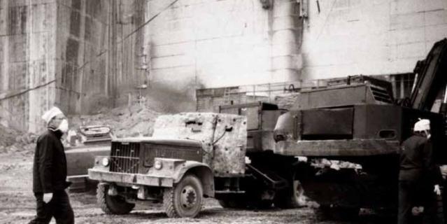 Валерий Легасов перед разрушенным четвёртым блоком Чернобыльской АЭС.