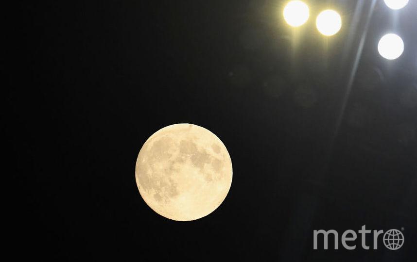 Земляничная луна вовсе не выглядит розовой. Просто в это время собирают первые летие ягоды. Фото Getty