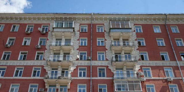 Благодаря красной плитке дома на улице Строителей прославились на всю Москву.