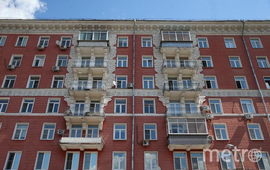 Благодаря красной плитке дома на улице Строителей прославились на всю Москву. Фото Василий Кузьмичёнок