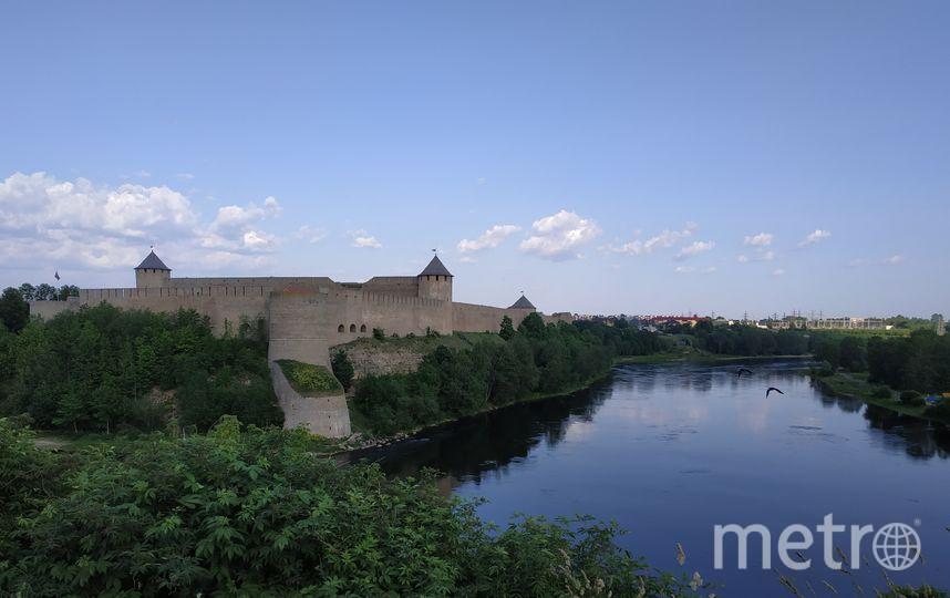 """Река Нарва, вид с Нарвского замка на Ивангородскую крепость. Фото Наталья Сидоровская, """"Metro"""""""