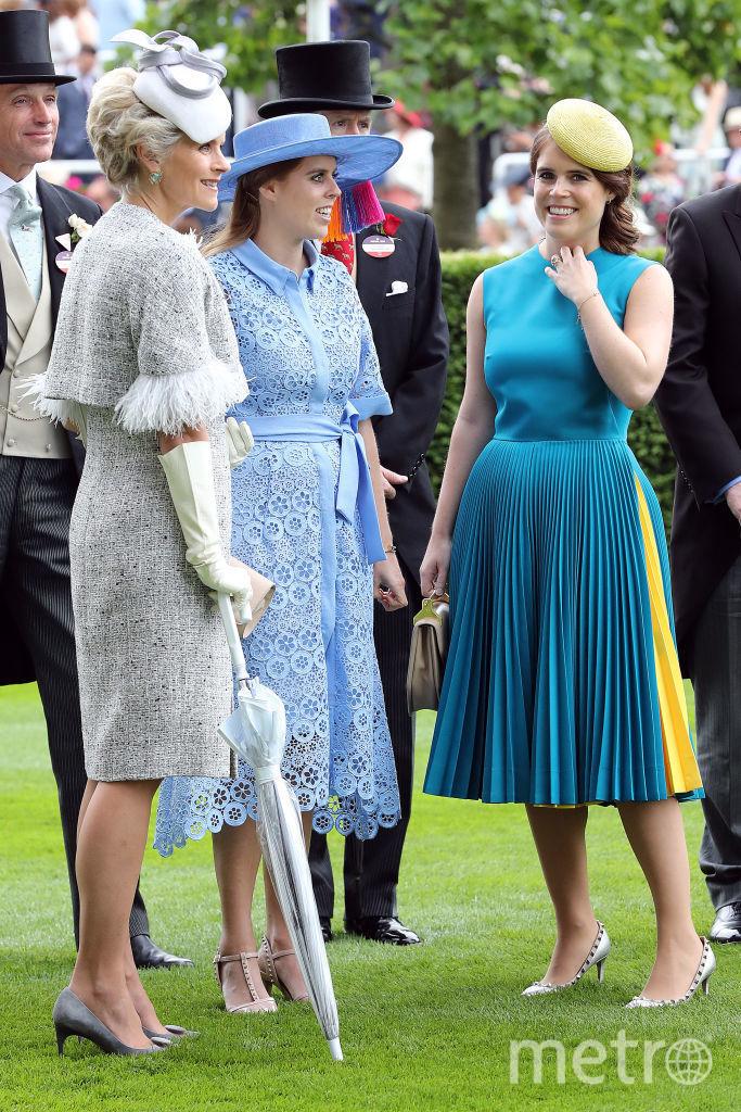 Принцесса Евгения (справа) и принцесса Беатрис (в центре в голубом). Фото Getty
