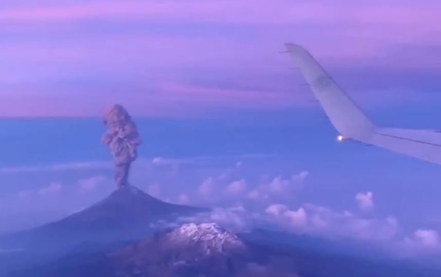 Мексиканский вулкан Попокатепетль. Фото Скриншот/twitter.com/oscartrinidadoc