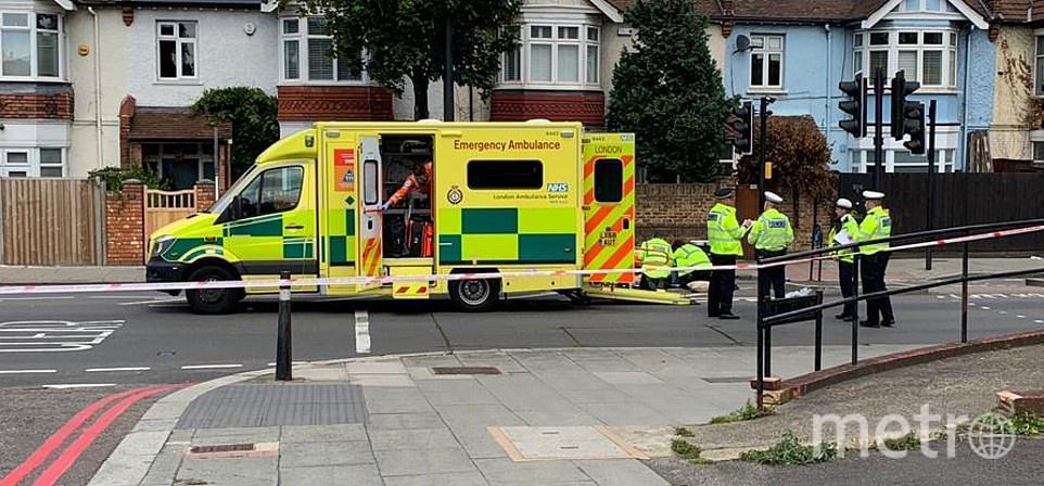 "Фото с места ДТП. Фото https://www.thesun.co.uk/news/9324930/prince-william-kate-middletons-convoy-rider-hits-oap/amp/?fbcl, ""Metro"""
