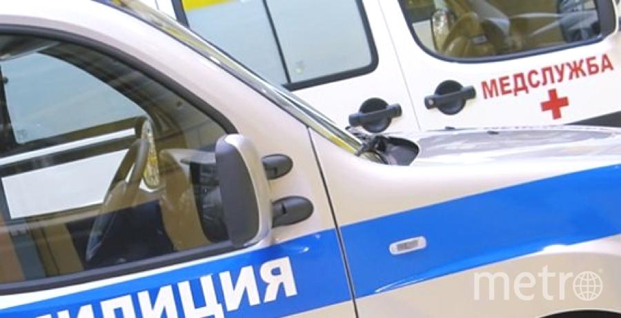 """Полицейские передали ребенка медикам. Фото """"Metro"""""""