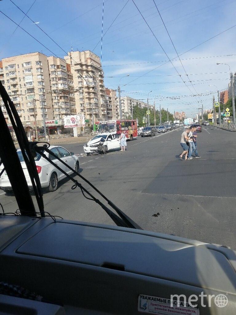 "Фото с места ДТП на пр.Ветеранов. Фото https://vk.com/spb_today, ""Metro"""
