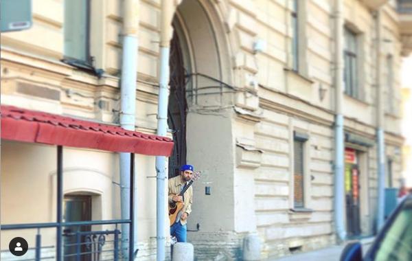 "Ургант и Розенбаум спели на улице в Петербурге. Фото https://www.instagram.com/p/By5iCjhnsCO/, ""Metro"""
