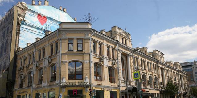 В коммуналке в доме на углу улиц Неглинная и Кузнецкий Мост родилась дочь Визбора Татьяна.